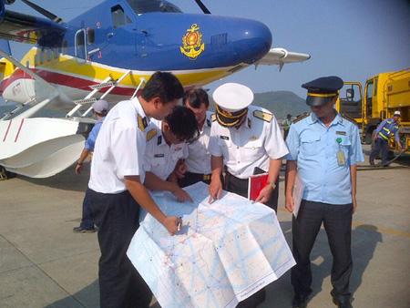 Thứ trưởng Phạm Quý Tiêu đang thị sát vùng nghi vấn máy bay mất tích
