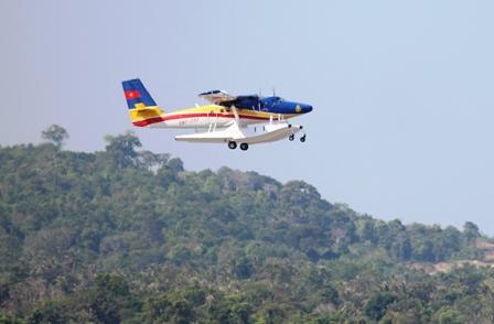 Thủy phi cơ trên đường đi tìm kiếm máy bay mất tích (Ảnh: Công Quang)