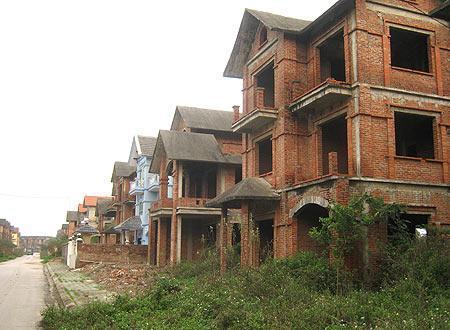 Cận cảnh những dãy biệt thự bỏ hoang tại Hà Nội