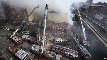 Hàng loạt xe cứu hỏa tham gia dập tắt đám cháy tại hiện trường sau vụ nổ và sập nhà.