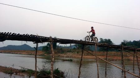Học sinh Làng Dũa luôn đánh cược tính mạng mình mỗi khi qua cầu để đến trường.