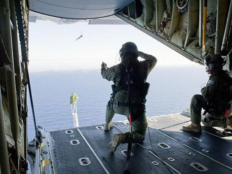 Các binh sĩ trên một trực thăng C-130J Hercules của Úc tham gia tìm kiếm máy bay Malaysia.