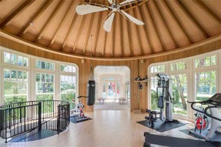 Còn đây là phòng tập gym với cửa kính bao quanh.