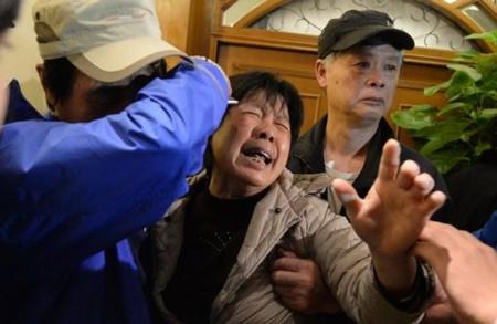 Thân nhân các hành khách mất tích rất bàng hoàng và giận dữ