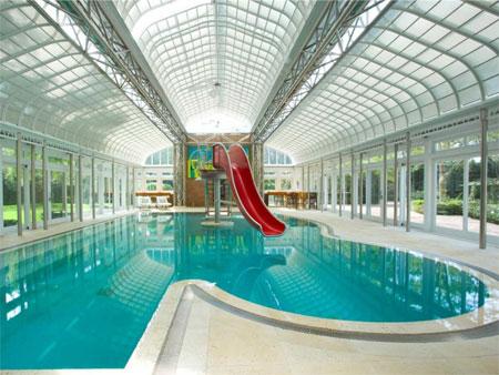 Bể bơi của biệt thự có cầu trượt lớn.