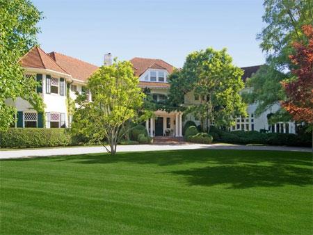 Biệt thự này nằm ở Southampton Village thuộc khu Hamptons, bang New York.