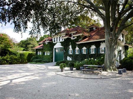 Biệt thự có garage đủ chỗ cho 4 xe và một nhà để xe ngựa kéo.