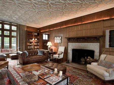 Phòng đọc có lò sưởi lớn.