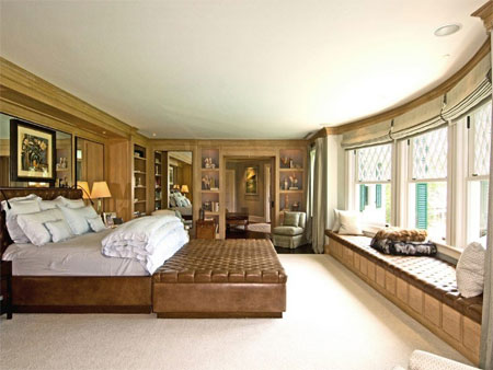 Phòng ngủ chính có cửa sổ lớn.