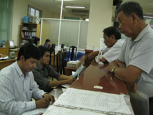 Làm thủ tục nhận lương hưu tại BHXH TP HCM Ảnh: Trường Hoàng