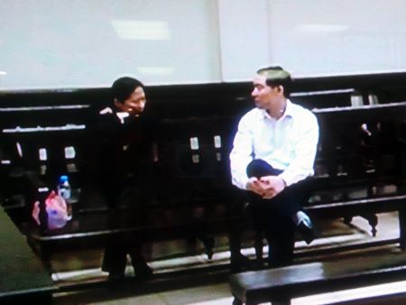 Dương Chí Dũng cười vui vẻ khi trò chuyện với vợ