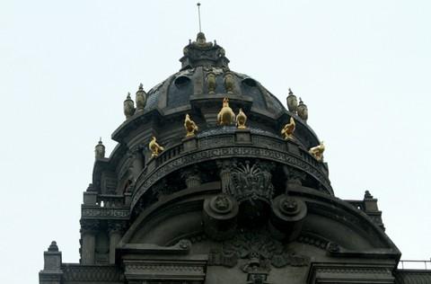 6 con gà vàng ở mặt trước tòa lâu đài