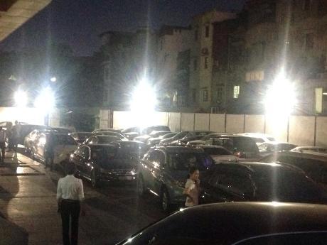 Chặn xe máy gây ùn tắc nghiêm trọng ở chung cư Mipec, Hà Nội