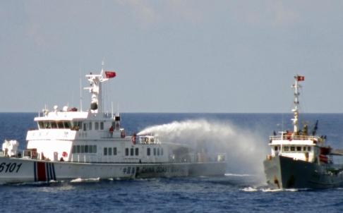 Tàu Trung Quốc vẫn tiếp tục đâm tàu Việt Nam