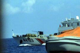 Hình ảnh tàu Trung Quốc đeo bám, đâm gãy vụn lan can tàu Việt Nam