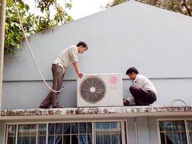 Thợ điều hòa, uống tăng lực chạy sô mùa nóng