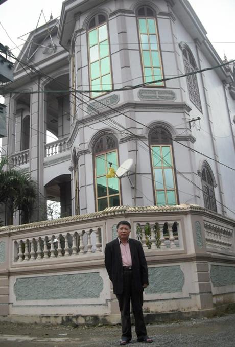 Ông Hòe bên căn biệt thự của gia đình mình