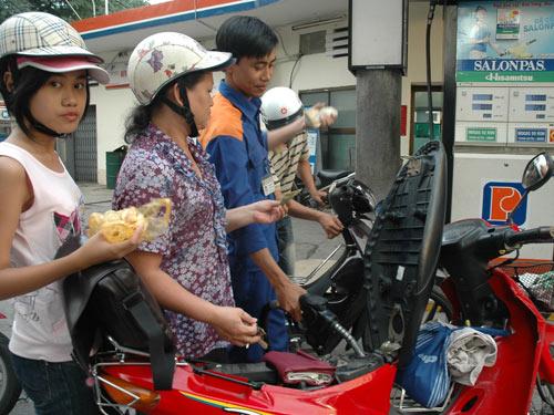Không tăng giá xăng dầu, bù lỗ bằng Quỹ Bình ổn