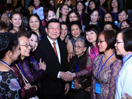 Đông đảo kiều bào trong một cuộc gặp Chủ tịch nước Trương Tấn Sang.