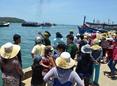 Đưa 2 ngư dân bị kiểm ngư Trung Quốc đánh vào đất liền cấp cứu