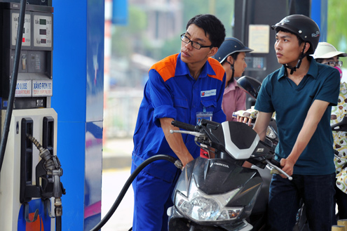 Chủ quản DN, tự quyết giá xăng: Ai tin minh bạch?