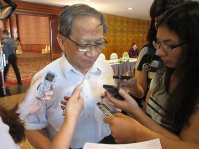 Chuyên gia kinh tế cao cấp TS. Lê Đăng Doanh trao đổi với báo chí (Ảnh: T.N)