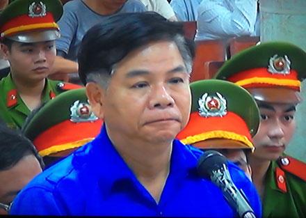 Phạm Trung Cang lần đầu đứng trước tòa biện hộ cho mình về hành cố ý làm trái. (Ảnh, Tuấn Hợp)
