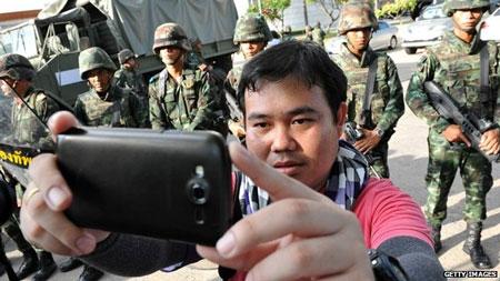 """Quân đội Thái tuyên bố giam giữ cựu thủ tướng Yingluck """"tới 1 tuần"""""""