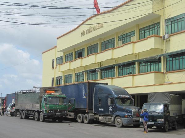 Các xe hàng tấp nập chờ làm thủ tục xuất hàng qua cửa khẩu Ka Long.