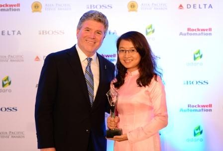 Ông Michael Gallagher, chủ tịch, người sáng lập Giải thưởng Stevie Awards trao giải cho đại diện Viettel tại Lễ trao giải Stevie châu Á – Thái Bình Dương 2014.