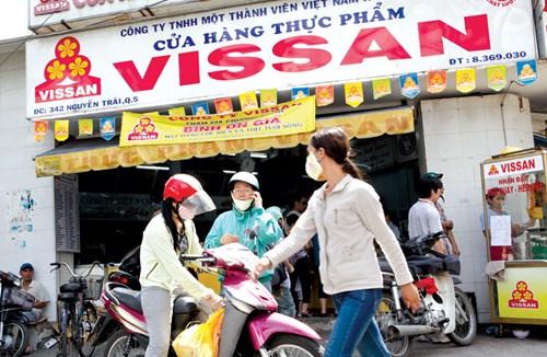 Đẩy mạnh tiêu thụ hàng Việt: Cờ đến tay, ai phất?