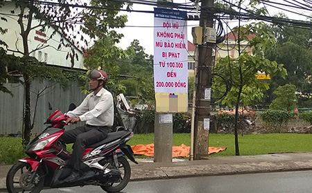 TPHCM: Phạt người đi xe máy đội mũ bảo hiểm
