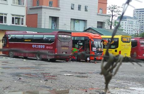 Hàng loạt xe khách hoạt động trong khu đất 18 Phạm Hùng