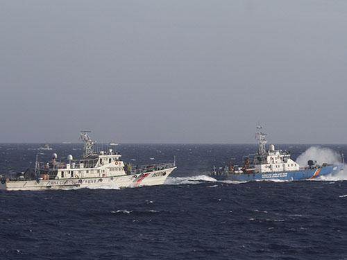 Tàu Cảnh sát biển Việt Nam (phải) ngăn chặn tàu Trung Quốc ở khu vực đặt giàn khoan trái phép. Ảnh: Reuters