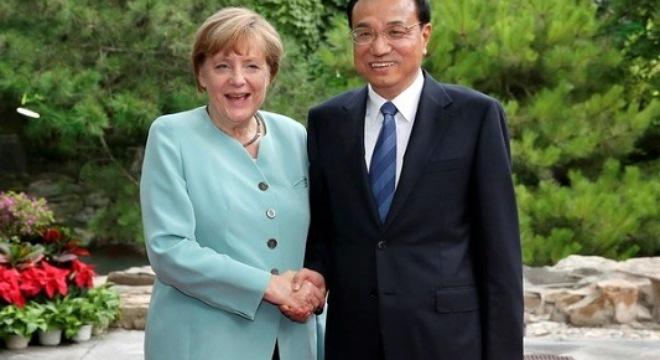 Thủ tướng Trung Quốc Lý Khắc Cường (phải) đã có cuộc gặp với Thủ tướng Đức Merkel đang có chuyến thăm chính thức Trung Quốc. (Nguồn: THX/TTXVN)