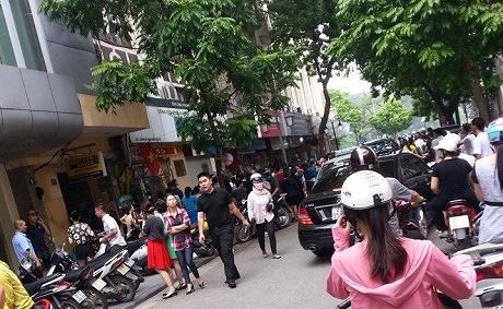 Tuyến phố bị tắc nghẽn do quá nhiều người đổ xô đi mua đồ thanh lý