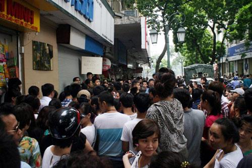 Hà Nội: Tắc đường vì đổ xô đi mua hàng hiệu giảm giá