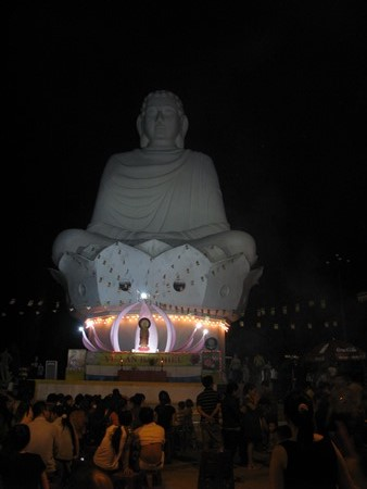 Người dân đổ lên chùa dự lễ Vu Lan báo hiếu
