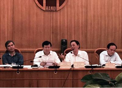 Bộ trưởng Xây dựng và Chủ tịch UBND Hà Nội trao đổi tại cuộc làm việc.