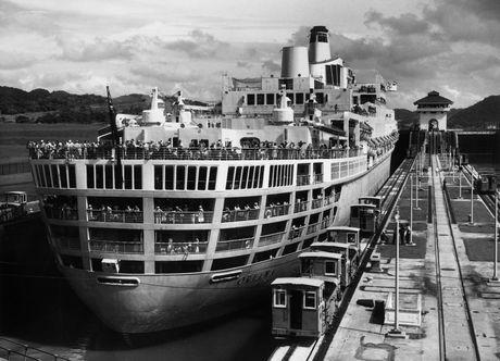 Một tàu thủy cỡ lớn đi qua kênh đào Panama năm 1961.
