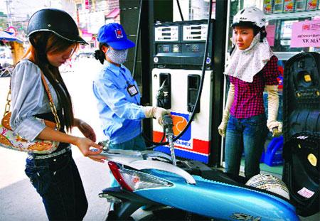Giá xăng giảm tiếp gần 600 đồng mỗi lít