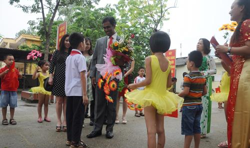 Hàng trăm học sinh vui mừng nhận bàn ghế, học bổng từ Coca - Cola Việt Nam