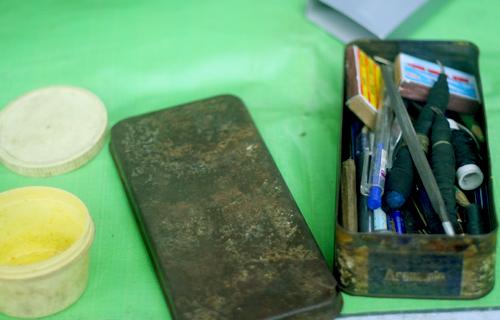 Hộp đồ nghề đơn sơ của người thợ khắc bút