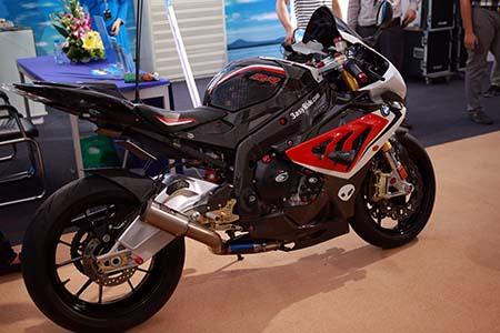 Và naked-bike R1200R