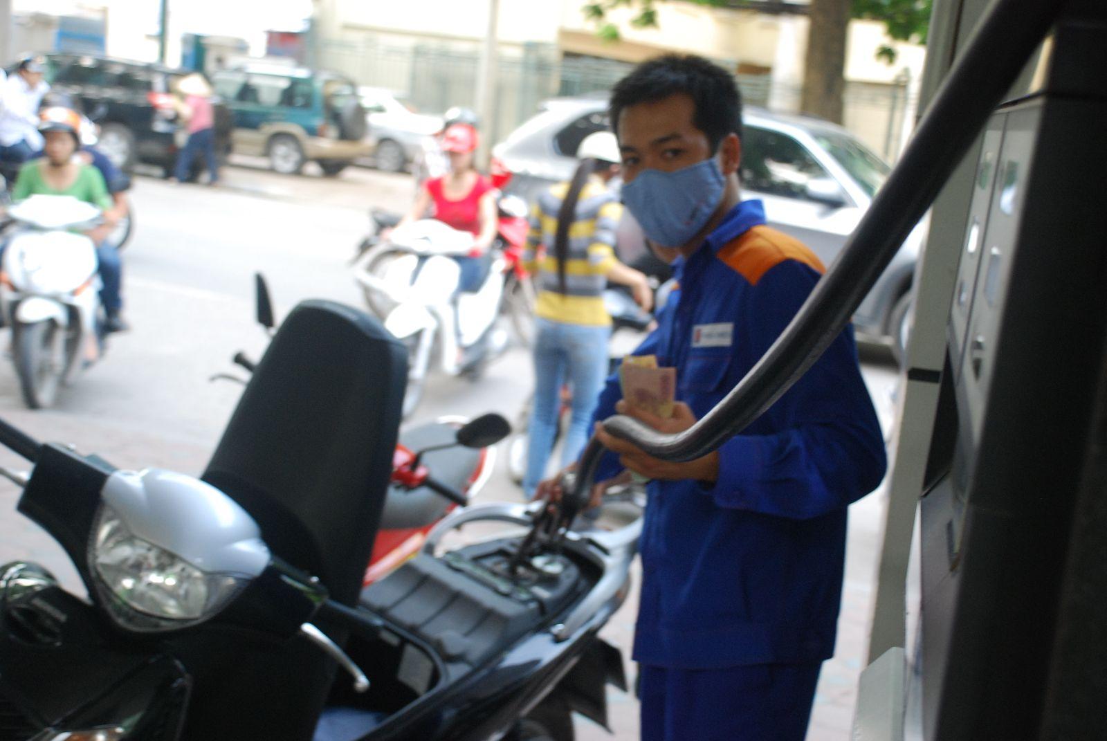 Giá xăng tiếp tục giảm 464 đồng/lít