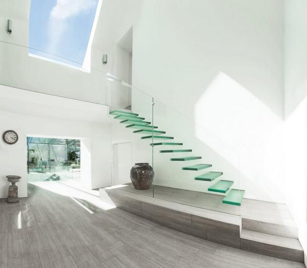 Nhà rộng thêm và mát hơn với cầu thang kính
