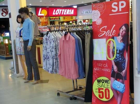 Các trung tâm mua sắm, siêu thị mặc dù giảm giá nhưng khách hàng không đến nhiều.