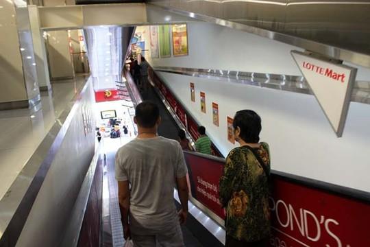 Thang máy ở Lotte Mart hết sức vắng vẻ trong ngày 2-9.