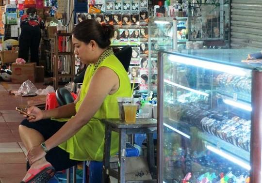 """Ế ẩm, tiểu thương chợ Bến Thành phải ngồi chơi game """"giết thời gian""""."""