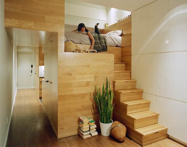Giường ngủ được bố trí phía trên nhà vệ sinh vẫn thoáng mát nhờ thiết kế thông minh.
